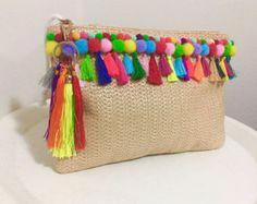 Bolso clutch Pom Pom bordado a mano – Typical Miracle Pom Pom Clutch, Diy Sac, Diy Purse, Fabric Bags, Pencil Pouch, Handmade Bags, Bag Making, Crochet, Clutch Bag