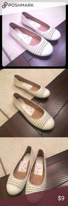 White girl flats Good condition beautiful white flats from Nordstrom Rack Nordstrom Shoes Dress Shoes