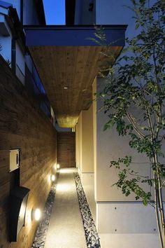 Narrow house located in Osaka Prefecture Patio Interior, Interior Exterior, Exterior Design, Interior Architecture, Facade Design, Entrance Gates, House Entrance, Porches, Home Room Design