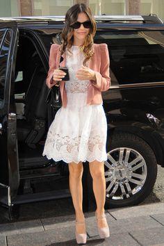 Semejante al vestido que pienso usar... la idea del saco me parece hermosa... pero creo que tiene hombreras, cosa que yo no usaría. Ah y en lugar de zapato cerrado sandalias o un zapatito no muy algo , pero delicado...