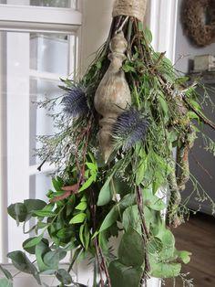 Festoen gemaakt met Blauwe Distel,-Takken -Eucalyptus en sprokkelhout. Er lag genoeg matriaal in de tuin door de wind van de afgelopen...