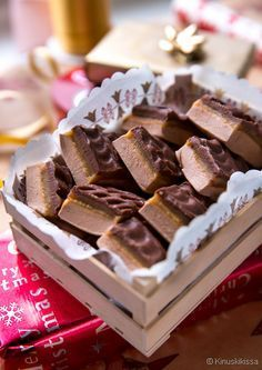 Mainitsin hiljattain kiinnostuksestani ja ihastuksestani nougat-makeisiin, joita löytyy eri Candy Recipes, Baking Recipes, Sweet Recipes, Dessert Recipes, Good Bakery, Sweet Bakery, Chocolate Sweets, Chocolate Recipes, Homemade Sweets