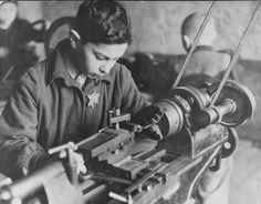 Niño trabajando en una fabrica de trabajos forzados en el ghetto de Kovno. Kovno, Lituania, entre 1941 y 1944. — US Holocaust Memorial Museum