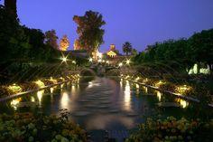 En todos los listados sobre lugares más románticos de Andalucía aparecen los Reales Alcázares de Córdoba, con sus preciosos jardines que aún mejoran más cuando cae la noche, como en esta bonita foto que os traemos hoy a modo de despedida. Descansad y mañana ¡¡seguimos!!