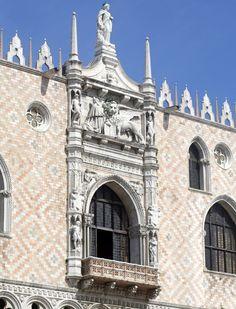 Palais des doges, Venise -Le palais renferme des salles décorées par les grands peintres vénitiens de la Renaissance, comme le Tintoret (le Paradis) et Véronèse (l'Apothéose de Venise). En arrière-plan se dressent deux colonnes de granit datant de 1180, l'une surmontée du lion doré de saint Marc et l'autre de saint Théodore, représenté debout sur un crocodile.