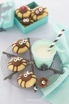 spider cookies biscotti_a_forma_di_ragno_ragnetti_halloween Halloween Themed Food, Halloween Baking, Halloween Desserts, Halloween Cookies, Halloween Treats, Bolacha Cookies, Spider Cookies, Delicious Desserts, Yummy Food