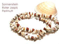 **Kette Perlmutt** mit rotem Jaspis, Sonnenstein und einem Verschluss aus Echt Silber 925. Die Perlmutt-Jaspis-Kette ist 47 cm lang, die Splitter aus Perlmutt, Jaspis und Sonnenstein sind zwischen...