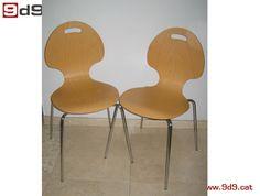 Conjunto de DOS sillas oficina de segunda mano, fabricada en tablero contrachapado barnizado en color claro. Asiento monoblock y patas de aluminio.  PVP: 80€ por las DOS sillas.