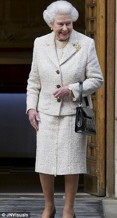 The Queen thanks hospital staff as she leaves The London Clinic after visiting Prince Philip and delivering a birthday card to him on his birthday wearing a cream tweed coat. Duchess Of York, Duke And Duchess, Duchess Of Cambridge, Prince Charles And Camilla, Prince Philip, Windsor Fashion, Reine Victoria, British Monarchy History, Queen Pictures