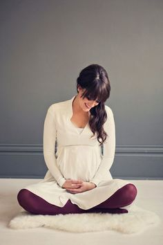 For a autumn/winter baby – you can opt for a similar theme for your photo. Wear something cozy with a pop or maroon to look gorgeous in your maternity photo. The colors you pick make a lot of difference on the theme and location of the photo.
