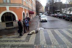Mies oli sammunut kadulle Etelä-Helsingissä.