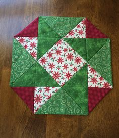 Christmas Red Green & Beige Poinsettia Quilted Table by seaquilt Quilt Square Patterns, Patchwork Quilt Patterns, Mug Rug Patterns, Table Runner And Placemats, Table Runner Pattern, Quilted Table Runners, Table Topper Patterns, Quilted Table Toppers, Plus Forte Table Matelassés