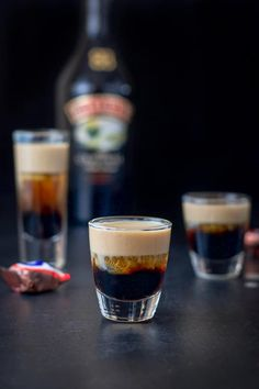 This Snickers shot has only three ingredients: Kahlúa, Frangelico and Baileys Irish cream! So delicious and reminiscent of the famous candy bar! Baileys Drinks, Liquor Drinks, Dessert Drinks, Yummy Drinks, Alcoholic Drinks, Beverages, Frangelico Drinks, Yummy Shots, Bourbon Drinks