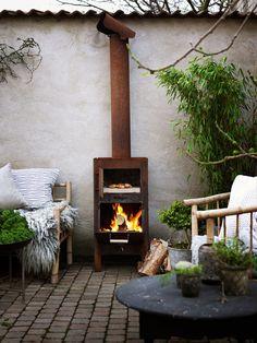 Soffa och fåtölj, Tine K Home, kamin från Weltevree. Soffbord i trä, Sidsid, soffbord i metall, PB Home.