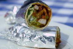 Bij de Mexicaan zijn fajitas waarschijnlijk het populairste gerecht. Fajitas zijn uiteindelijk niet meer dan kruidige gebakken reepjes vlees uit de Tex-Mex keuken. Ze worden bereid van varkensvlees, rundvlees of kip en geserveerd in malse tortillavellen.Jeroen vul de opgerolde tortilla