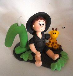 Topo de bolo com vela tema Safari em biscuit.