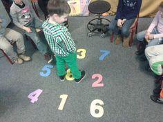 Springend de getalbeelden oefenen.#bewegend leren.: