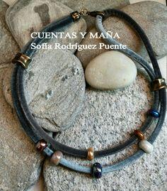 Collar de cordón de terciopelo, de dos vueltas con cuentas de cerámica y zamak #cuentasymaña #handmade #collares #madewithlove #boho