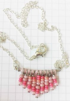 How to make this miniature chevron necklace made of rocailles beads is now on my blog at idimin.berlin in English and German. #DIY #handmade #selfmade #doityourself #beading #beads #pearls #jewelry #schmuck #necklace #kette #halskette #statement #jewelrymaking #selbstgemacht #Perlen #Rocailles #chevron #pattern #colour #bunt #pink #rosa #silber #silver #chain