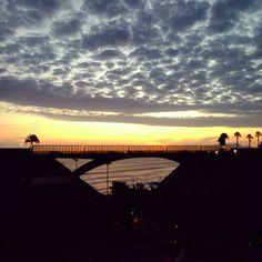 Un día en que las noticias no son buenas, y sin embargo en #Lima, la noche llega tranquila. #beforesunset #Ocaso #PuenteVillena #Bridge #beach #Peru #peruvian #SouthAmerica #wanderlust #seascape #landscape #cloudporn #cloudy #skyporn #Sky #Colorful #sun #darkside #costaverde #clouds #serendipity #instamood #instanature #instacool #beautiful #night