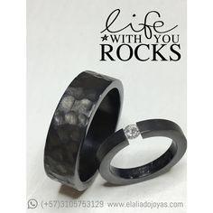 Argollas de matrimonio negras en titanio con diamante.  #titanio #bodas #matrimonio #novias #diamantes #joyeriacontemporanea www.elaliadojoyas.com, info@elaliadojoyas.com, ☎️Whatsapp: (+57) 3105753129 - (+57) 3008899928 Bogotá, Colombia. Recibimos tarjetas débito y crédito. ✈️Envíos dentro y fuera del país