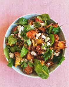 Ha el akarom magammal hitetni, hogy előrelátó vagyok, akkor összeaprítok egy nagy adag zöldséget és megsütöm. Ennek nagy részét azonnal, szinte forrón megeszem, mert nincs az az akaraterő, ami ennek ellen tudna állni. Egy másik részét felhasználom aznap, -mondjuk egy főzelék tetejére teszem feltét… Clean Eating Kids, Cobb Salad, Chili, Curry, Food And Drink, Favorite Recipes, Chicken Recipes, Easy, Curries