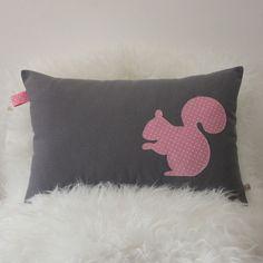 Coussin Ecureuil gris et rose à pois blans : Linge de lit enfants par zole