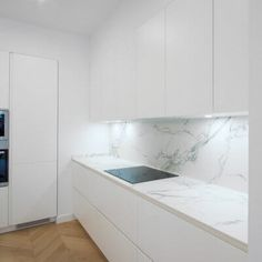 Reforma de vivienda en calle Goya, barrio de Salamanca. Proyecto de R de Room. Kitchen Pantry Design, Kitchen Cabinetry, Modern Kitchen Design, Kitchen Interior, Kitchen Decor, Luxury Kitchens, Home Kitchens, White Glossy Kitchen, Modern Home Bar