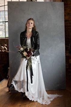 Braut ich Rock-Style mit Lederjacke und opulentem Brautstrauß bei www.weddingstyle.de | Foto: Doreen Kühr
