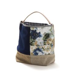Saco pequeno –Mala estilo saco em tecido, forrada. Alça em couro natural. Pode ser usado no ombro ou no braço. Handmade - numerado. Medidas: 42 x 31 x 14 cm