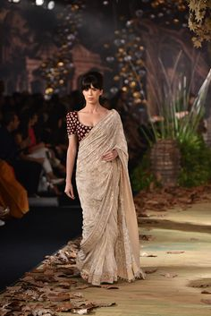 Complete Collection: Tarun Tahiliani at India Couture Week can find Tarun tahiliani and more on our website.Complete Collection: Tarun Tahiliani at India Couture . Chiffon Saree, Saree Dress, Indian Attire, Indian Outfits, Indian Wear, Indian Clothes, Indian Couture Week 2017, Modern Saree, Stylish Sarees