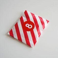 papieren snoepzakje + label rood/wit gestreept