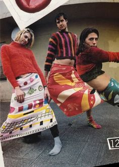 Bromance 1993 Nirvana style: Kurt Cobain wearing a Dries Van Noten sweater. Dave Grohl in a Todd Oldham sweater. Krist Novoselic in a Joan Vass sweater. All scarves (shown as skirts) by Gene Meyer. Dave Grohl, Banda Nirvana, Nirvana Art, Nirvana Logo, Nirvana Lyrics, Mtv, Mademoiselle Magazine, Funny Photos Of People, Donald Cobain