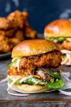 Crispy Chicken Burgers, Buttermilk Chicken Burger, Chicken Buns, Chicken Sliders, Fried Chicken, Beste Burger, Tasty, Yummy Food, Cooking Recipes