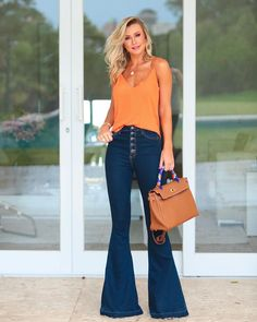 12 Stylish flare jeans for you! Source by caseypereirasma jeans outfit fall Flare Jeans Outfit, Jeans Outfit Summer, Summer Outfits, Casual Outfits, Cute Outfits, Fashion Outfits, Orange Jeans, Beste Jeans, Look Chic