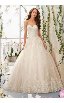 Wedding Gown 5406 Alencon Lace Appliques with Crystal Beaded Waistline onto the Tulle Ball Gown with Wide Scalloped Hemline