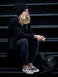 Black : bonnet, pardessus, jeans + cheveux blonds et shoes + claires via Tendances de Mode