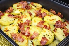 Como buenos amantes de las patatas que somos, la receta de hoy nos va a hacer inmensamente felicies. Patatas, ajos, beicon y los aderezos correspondientes, nada más para un plato excelente.