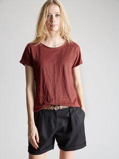 Cyrillus : confort, le T-shirt s'adonne à la légèreté du lin et nous offre une allure toujours chic avec ses finitions raffinées. SS16