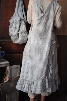 crossover vichy apron with harvest-bag from behind