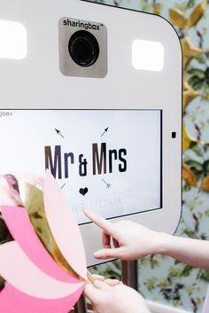 Le photobooth, c'est l'animation magique par excellence : il fait partie de la déco (vous pouvez donc vraiment vous amuser à faire quelque chose d'un peu foufou). Tout le monde va adorer l'utiliser (= ambiance au top) et pour les mariés, c'est la certitude d'avoir une magnifique galerie de souvenirs. Bref, vous êtes gagnants sur tous les …