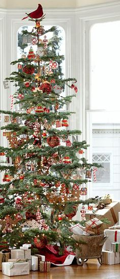 What a beautiful Christmas tree. It looks like a huge feather tree, with it's open branches (all better for seeing the ornaments). I would like to have this Christmas tree. Noel Christmas, Merry Little Christmas, Primitive Christmas, Country Christmas, Winter Christmas, All Things Christmas, Christmas Morning, Danish Christmas, Christmas Christmas