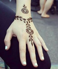 These are some of the simple Henna tattoo designs you must try. Before getting anything related to Henna done any where your body make sure you are not Simple Henna Tattoo, Henna Tattoo Hand, Mehndi Simple, Henna Body Art, Lion Tattoo, Arm Tattoo, Cute Henna Tattoos, Wrist Henna, Simple Hand Henna