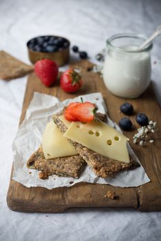 cheese crispbread Healthy Eating Recipes, Eat Healthy, Ober Und Unterhitze, Food Photography Styling, Dessert, Cheese Recipes, Bruschetta, Country Style, Breakfast Ideas