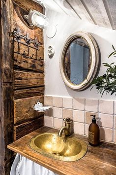 Rustic bathroom - that wooden wall
