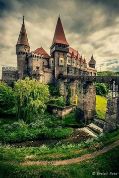 """Check out """"Corvin Castle (Castelul Corvinilor)"""" in Romania Abandoned Mansions, Abandoned Houses, Abandoned Places, Medieval Town, Medieval Castle, Beautiful Castles, Beautiful Buildings, Beautiful Places To Visit, Wonderful Places"""