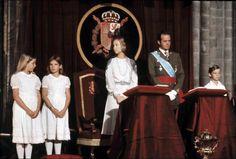 Las imágenes más entrañables del Rey Juan Carlos con motivo de su 80 cumpleaños Los reyes de España, don Juan Carlos y doña Sofía con sus hijos Felipe, Cristina y Elena de Borbón durante un acto oficial en Galicia (1977)