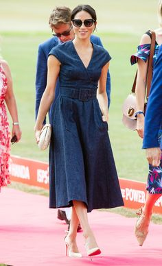 Carolina Herrera V-Neck Faux Wrap Denim Midi Dress as seen on Meghan Markle, the Duchess of Sussex at Sentebale Polo Cup 2018 Meghan Markle Stil, Meghan Markle Dress, Meghan Markle Outfits, Meghan Markle Fashion, Pippa Middleton, Mini Vestido Jeans, Vestidos Polo, Denim Midi Dress, Navy Dress