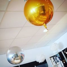 Neue Orbz Rundballons in gold und silber. Handmade Wedding Decorations, Party Summer, Save The Date Invitations, Gold Party, Party Time, Wedding Planner, Balloons, Ceiling Lights, Big