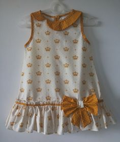 Gown style made in tricoline with yellow crown print, with detail … Kids Dress Wear, Kids Gown, Dresses Kids Girl, Kids Outfits Girls, Girl Outfits, Girls Dresses Sewing, Girls Frock Design, Baby Dress Design, Baby Frocks Designs